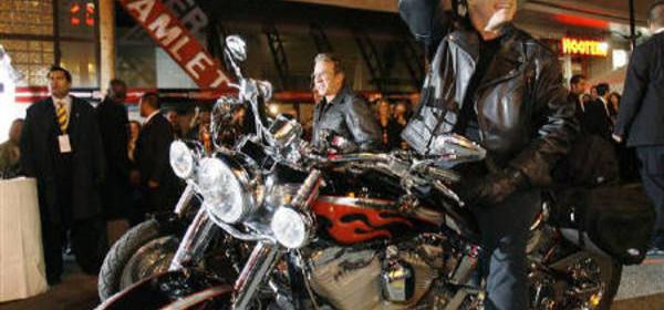 """La moto usata da John Travolta alla prima del film """"Svalvolati on the road"""" venduta all'asta"""