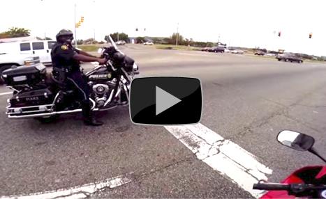 Poliziotto in Harley gareggia tra semafori con un cittadino, pentito si dimette. (VIDEO)