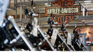 Harley-Davidson motorcycles sit on display at the Starved Rock Harley-Davidson dealership in Ottawa, Illinois, U.S., on Tuesday, April 22, 2014. Harley-Davidson Inc. rose the most in almost 18 months after reporting first-quarter profit that topped analystsÕ estimates as retail sales of motorcycles increased. Photographer: Daniel Acker/Bloomberg