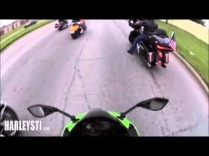 Automobilista impazzito durante un corteo di Harley Davidson ottiene subito quello che si merita