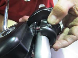 Come smontare e sostituire le manopole di una Harley Davidson