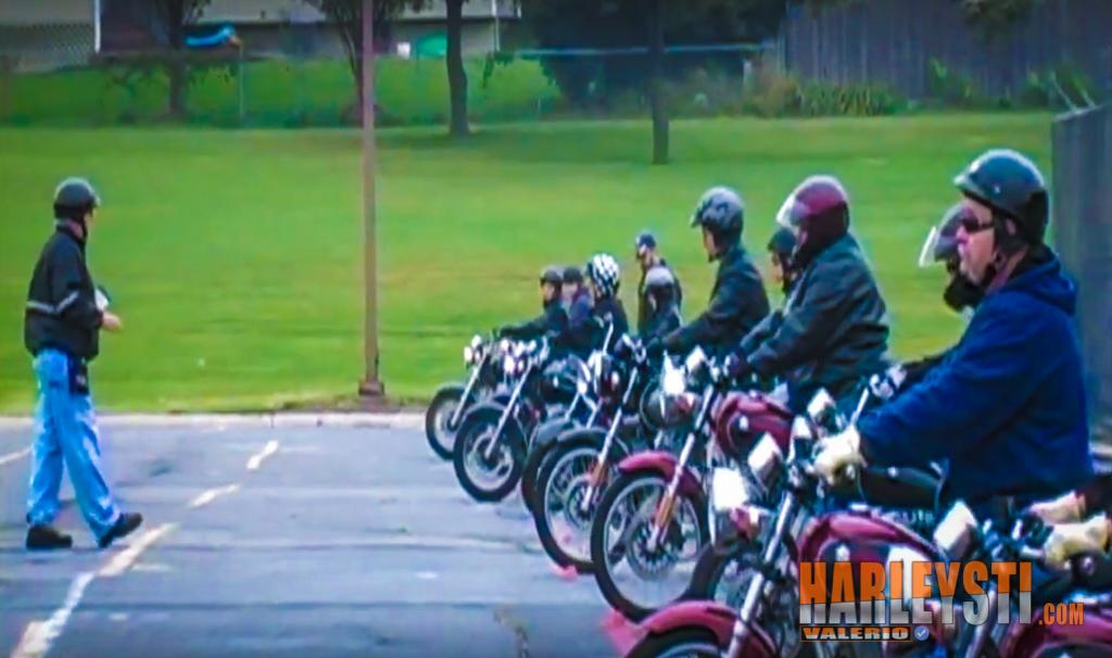 Vince una Harley Davidson e la regala alla scuola di guida sicura.
