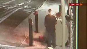 (Video) Un uomo cerca di incendiare il serbatoio di benzina davanti alla concessionaria Z & M Harley Davidson