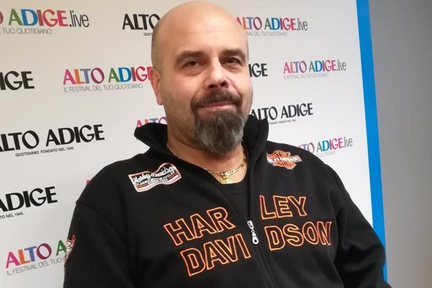 Ritorna sulla Harley dopo l'incidente e 15 operazioni